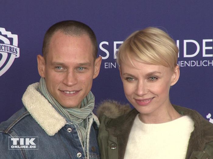 """Vinzenz Kiefer mit seiner Freundin Masha Tokareva bei der """"8 Sekunden""""-Premiere in Berlin"""