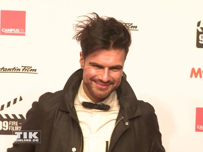 André Borchers kam mit wilder Frisur und Fliege zum 99Fire Film Award