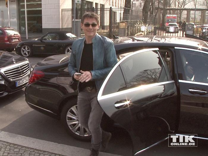Morten Harket entsteigt seiner Limousine in Berlin