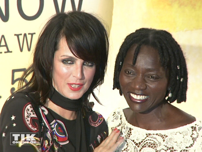 Auma Obama posiert mit 80er-Ikone Nena bei den Act Now Jugend Awards 2015 in Berlin
