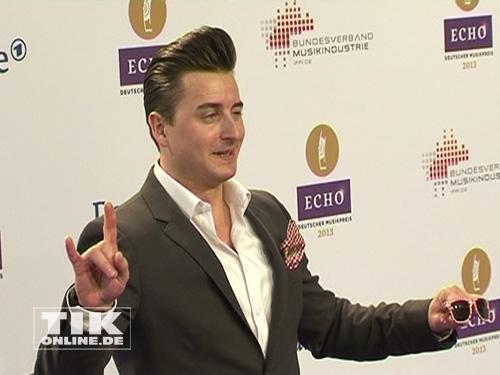 Andreas Gabalier sorgte für gute Laune auf dem lila Teppich der Echo-Verleihung 2013, immer mit dabei: die Sonnebrille