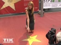 """Anke Engelke präsentiert stolz ihren Stern auf dem """"Boulevard der Stars"""""""