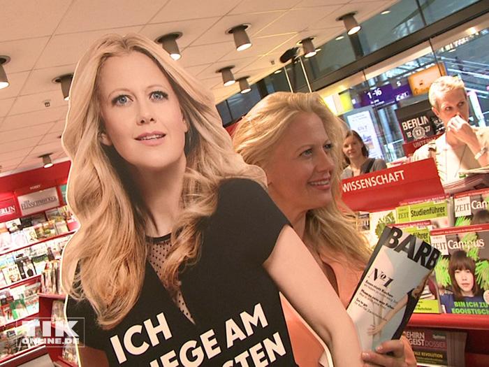 Barbara Schöneberger als Papp-Aufsteller und in echt
