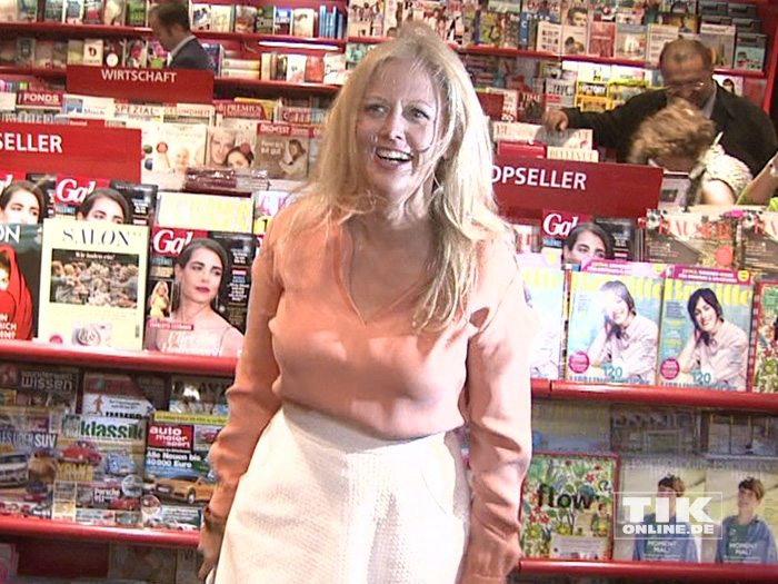 """Barbara Schöneberger ließ vor Freude über ihre Zeitschrift """"Barbara"""" sogar die Haare fliegen"""