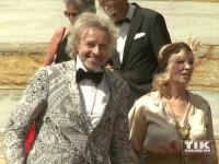 Thomas Gottschalk und seine Ehefrau Thea kamen wie immer in auffälliger Garderobe zu den Bayreuther Festspielen 2015