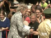 Thomas Gottschalk beglückte die wartenden Fans bei den Bayreuther Festspielen 2015 mit Autogrammen