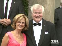 Horst Seehofer kam mit Ehefrau Karin zu den Bayreuther Festspielen 2015