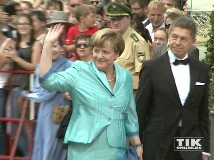 Gut gelaunt winkt Kanzlerin Angela Merkel den wartenden Fans bei den Bayreuther Festspielen 2015 zu