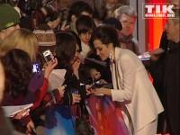 """Angelina Jolie schreibt Autogramme bei der Premiere zum Film """"Der seltsame Fall des Benjamin Button"""" in Berlin"""