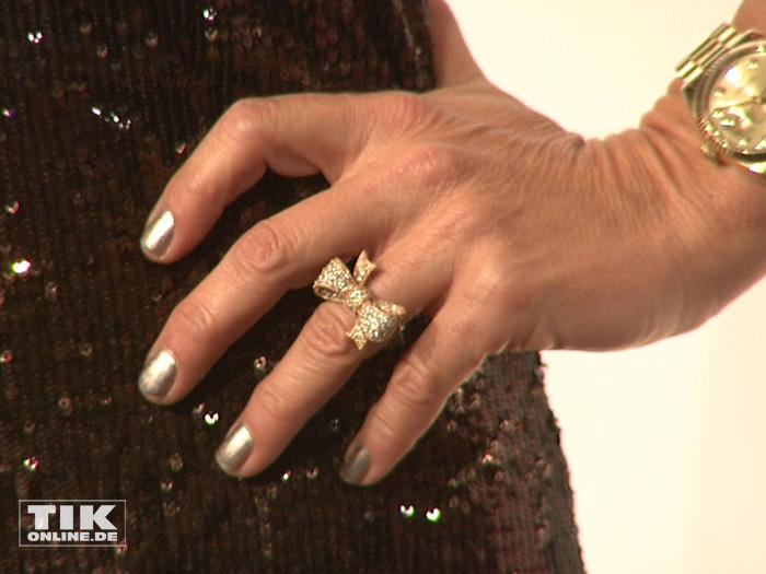 An ihrem Ringfinger trug Christine Neubauer bei der Berlinale Gala Opening Night einen Ring mit Schleife