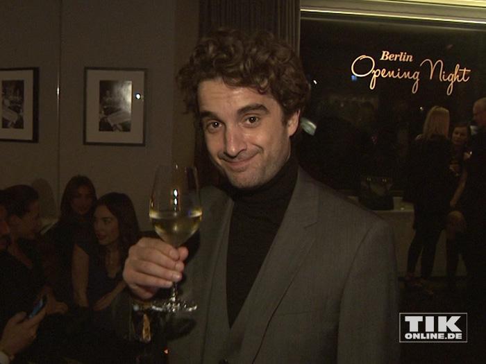 Oliver Wnuk genießt ein Glas Weißwein bei der Berlinale Gala Opening Night