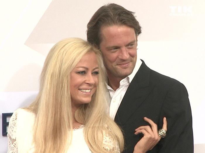 Jenny Elvers kuschelte mit ihrem Freund Steffen von der Beeck auf dem roten Teppich der Bertelsmann Party 2015