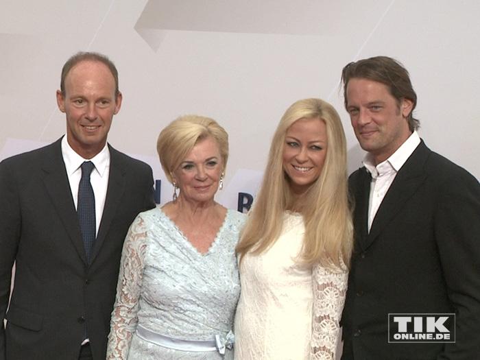 Jenny Elvers posierte mit ihrem Freund Steffen von der Beeck, Liz Mohn und dem Bertelsmann-Vorstandsvorsitzenden Thomas Rabe bei der Bertelsmann Party 2015