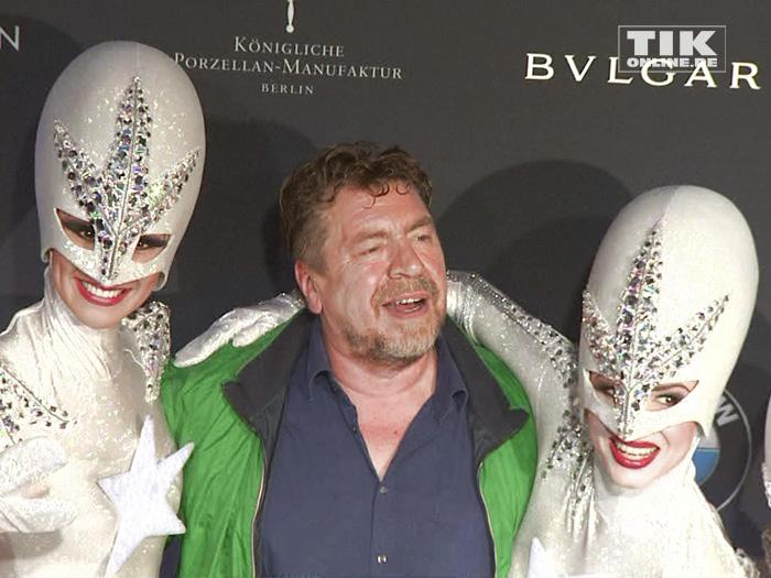 """Armin Rohde posiert mit den Aliens der Show """"The Wyld"""" aus dem Friedrichstadt-Palast bei der Vorstellung des neuen 7er BMW in Berlin"""