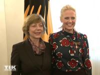 Barbara Schöneberger posiert mit ihrem Bundesverdienstkreuz neben Daniela Schadt, der Lebensgefährtin von Bundespräsident Joachim Gauck