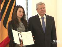 Bundespräsident Joachim Gauck überreicht Cosma Shiva Hagen für ihr Engagement die Verdiestmedaille