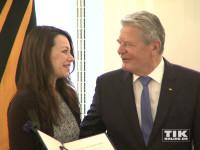 Freudig nimmt Cosma Shiva Hagen die Glückwünsche für ihre Verdienstmedaille von Bundespräsident Joachim Gauck entgegen