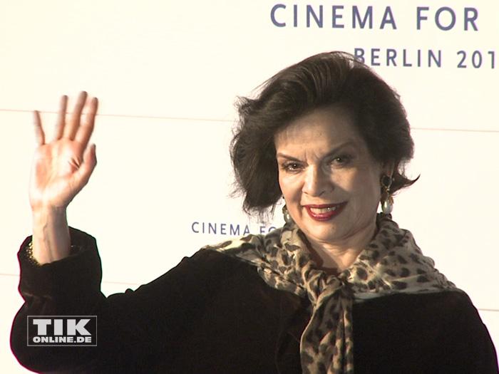 Bianca Jagger winkt freundlich bei der Cinema for Peace Gala 2015