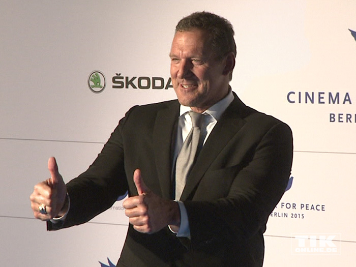Beide Daumen hoch: Ralf Möller bei der Cinema for Peace Gala 2015