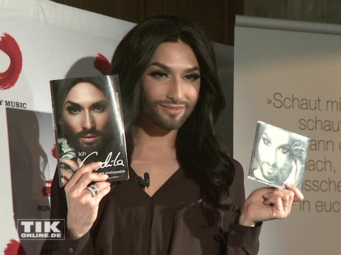 Conchita Wurst posiert mit ihrer Autobiografie und ihrer neuen CD in Berlin
