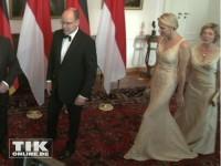 Da war es passiert: Daniela Schadt tritt auf Charlènes Kleid