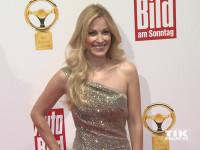 """Andrea Kaiser posiert im schulterfreien Kleid für die Fotografen beim """"Goldenen Lenkrad 2015"""""""