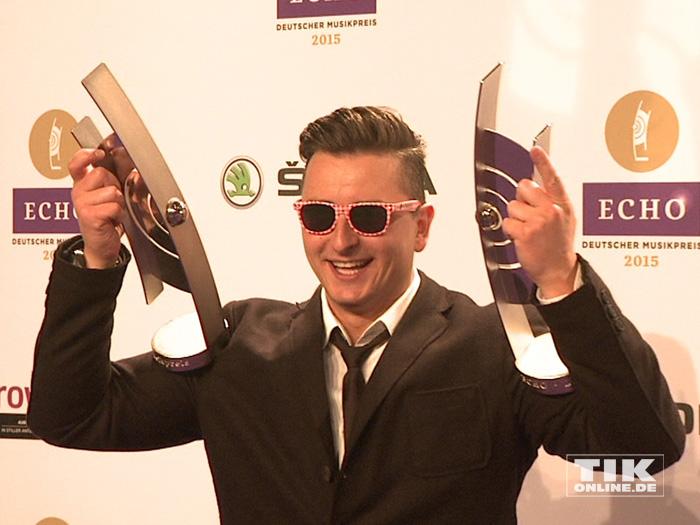 Andreas Gabalier strahlt mit Sonnenbrille und seien zwei Echos