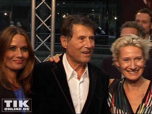 Udo Jürgens und seine Tochter und Sonja auf dem Weg zum Premieren-Kino