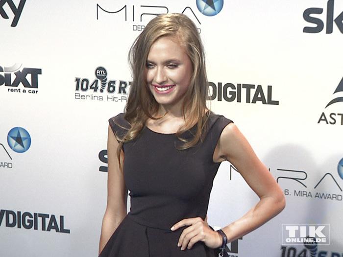 Alena Gerber lächelt beim Mira Award 2015 in die Kameras