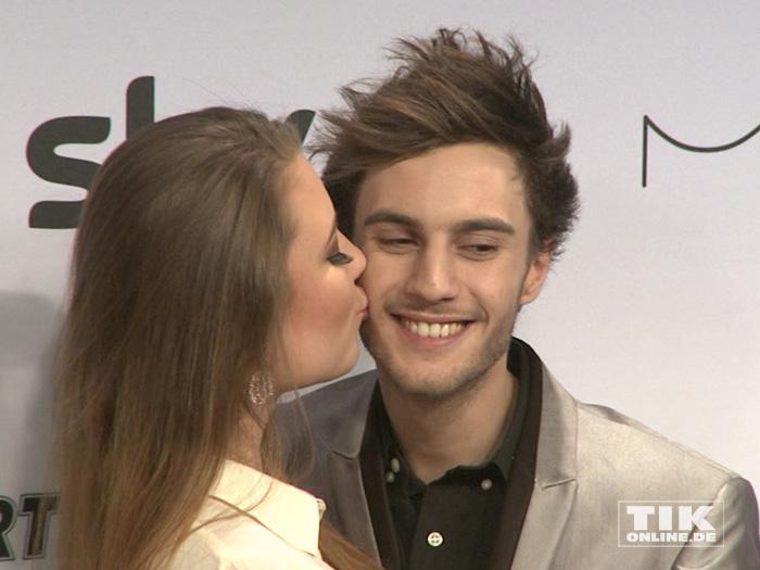 Joelina Drews küsst ihren Freund Marc Aurel Zeeb beim Mira Award 2015