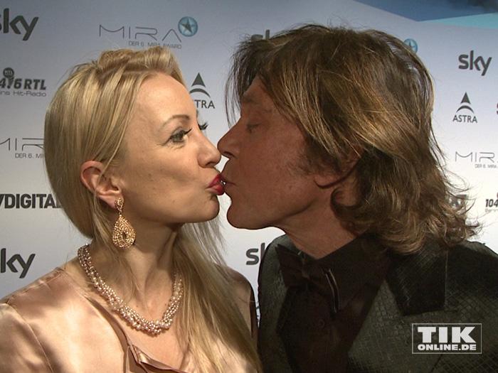 Jürgen Drews küsst seine Ehefrau Ramona beim Mira Award 2015