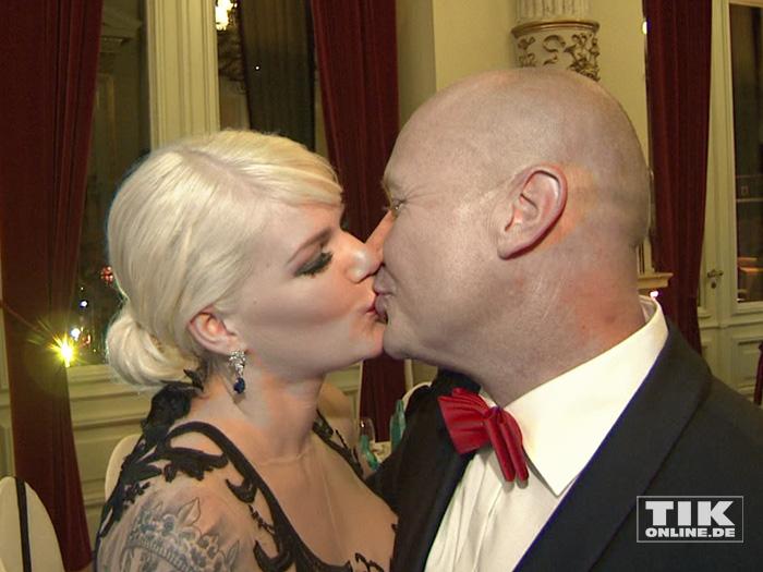 Melanie Müller gibt ihrem Ehemann Mike ein Küsschen beim Dresdener Semperopernball 2015