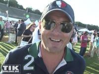 Mit Basecap und Sonnenbrille lacht Heino Ferch in die Kamera