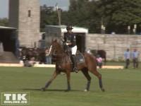 Elegant reitet Heino Ferch auf seinem Pferd bei der Polo Meisterschaft über das Spielfeld
