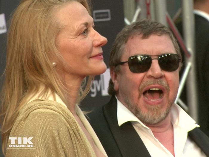 Armin Rohde posiert gut gelaunt mit seiner Freundin Karen Böhne beim Deutschen Schauspielerpreis 2015