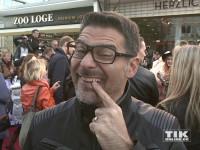 """Rick Kavanian zeigt bei der """"Hotel Transsilvanien 2""""-Premiere in Berlin seinen Vampir-Zahn"""