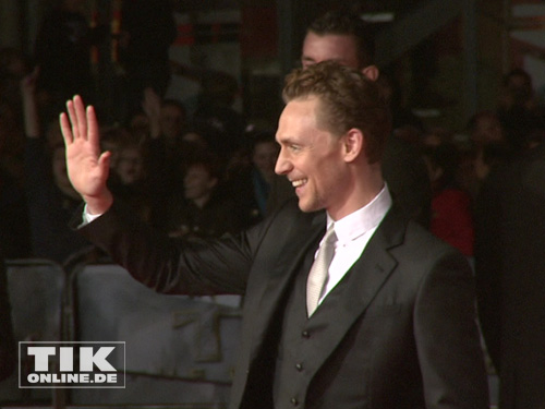 "Tom Hiddleston begrüßt die Fans bei der ""Thor - The Dark Kingdom""-Premiere in Berlin"