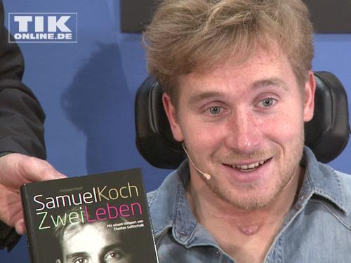 """Stolz präsentierte Samuel Koch sein eigenes Buch """"Zwei Leben"""""""