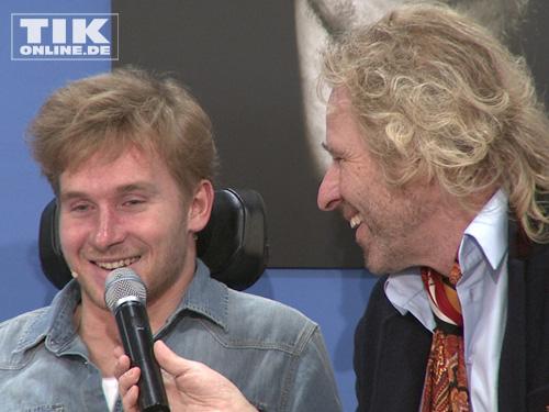 Samuel Koch und Thomas Gottschalk lachten während der Pressekonferenz in Berlin viel