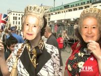 Viele Schaulustiger und Fans der Monarchin hatten sich vor dem Hotel Adlon versammelt, um Queen Elizabeth II. live zu erleben