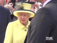 Queen Elizabeth II. ganz in gelb