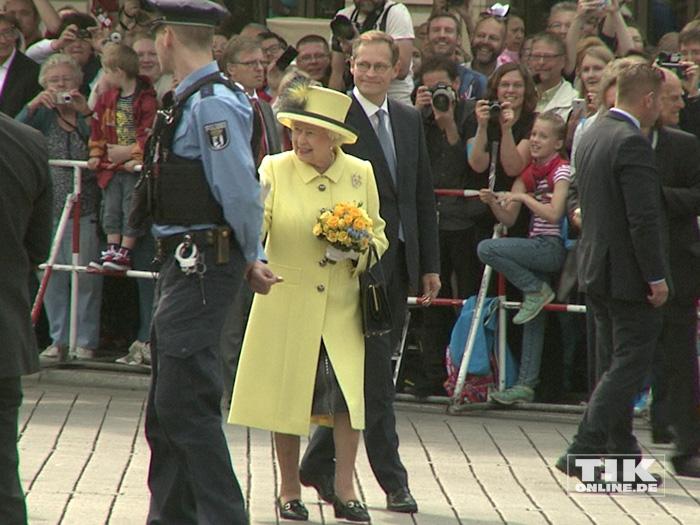Queen Elizabeth II. in Begleitung von Berlins Regierendem Bürgermeister Michael Müller