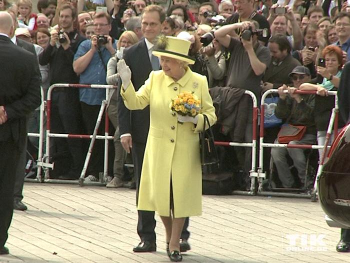 In Begleitung von Berlins Regierendem Bürgermeister Michael Müller winkt Queen Elizabeth II. der wartenden Menge vor dem Berliner Hotel Adlon zu