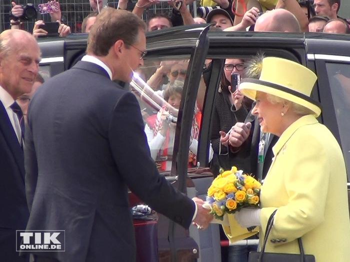 Berlins Regierender Bürgermeister Michael Müller verabschiedet sich von Queen Elizabeth II. und ihrem Mann Prinz Philip mit einem Händedruck