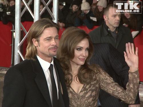 Angelina Jolie winkt wie immer freundlich ihren Fans zu