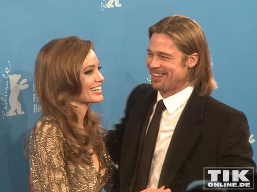 Blicke die verbinden: Angelina Jolie und ihr Brad bestätigen endlich ihre Verlobung