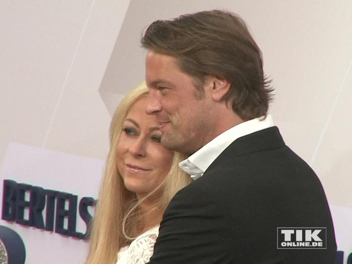 Jenny Elvers kuschelt mit ihrem Freund Steffen von der Beeck bei der Bertelsmann Party 2015