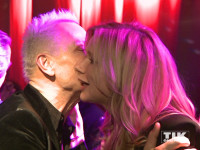 """Gitarrist Rudolf Schenker begrüßt Veronica Ferres mit einem Küsschen bei der Premiere von """"Forever And A Day"""" in Berlin"""