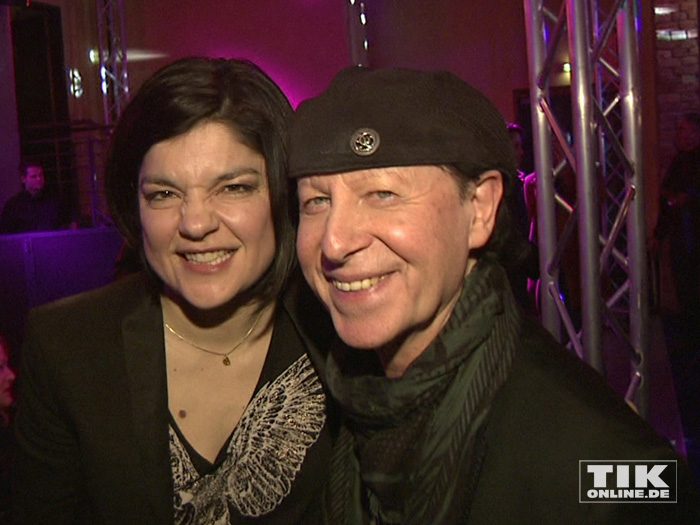 """Scorpions-Sänger Klaus Meine posiert mit Schauspielerin Jasmin Tabatabai bei der Premiere von """"Forever And A Day"""" in Berlin"""