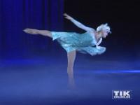 """Eiskönigin Elsa grazil auf dem Eis bei der Premiere von """"Disney On Ice"""""""